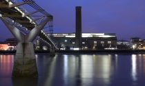 Tate_Modern_gallery_on_banks_River_Thames_in_London